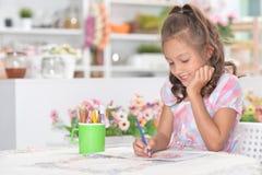 Stående av en gullig flickateckningsbild hemma fotografering för bildbyråer