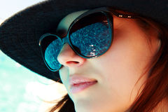 stående av en gullig kvinna i solglasögon arkivbilder