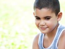 Stående av en gullig latinamerikansk pojke Royaltyfri Foto
