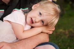 Stående av en gullig liten caucasian flicka Arkivfoton