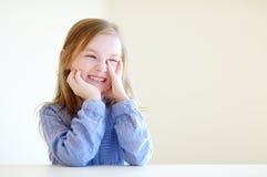 Stående av en gullig liten flicka hemma Royaltyfri Bild