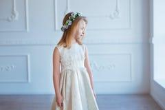 Stående av en gullig liten flicka i krans av blommor Royaltyfria Foton