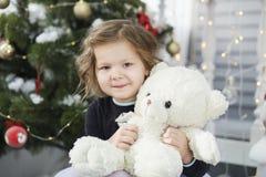 Stående av en gullig liten flicka som kramar en mjuk nallebjörn royaltyfria bilder