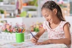 Stående av en gullig liten flickateckning arkivfoto