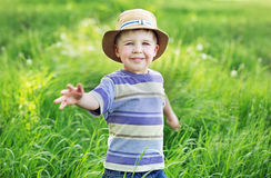 Stående av en gullig liten pojke som spelar på ängen Royaltyfri Foto
