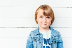 Stående av en gullig litet barnpojke Royaltyfri Bild