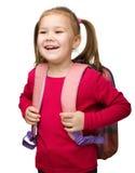 Stående av en gullig schoolgirl med ryggsäck royaltyfri foto