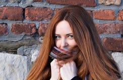 Stående av en gullig ung flicka med blåa ögon i en halsduk Arkivfoto