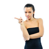 Stående av en gullig ung kvinna som pekar på copyspace Arkivbild
