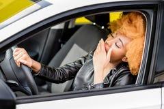 Stående av en härlig afrikansk kvinna i bilen royaltyfri fotografi