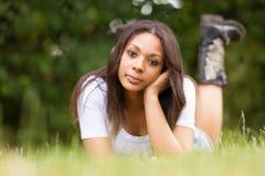Stående av en härlig afrikansk ung kvinna utomhus arkivbilder
