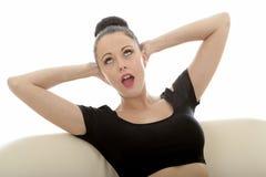 Stående av en härlig attraktiv ung Caucasian kvinna Relaxin arkivfoton