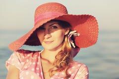 Stående av en härlig behagfull kvinna i elegant rosa hatt med ett brett brätte kvinna för silhouette för symbol för skönhetbegrep Royaltyfri Bild