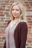Stående av en härlig blond flicka över röd väggbakgrund Royaltyfri Foto