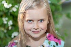 Stående av en härlig blond flicka i en sommardag, i staden Royaltyfri Fotografi