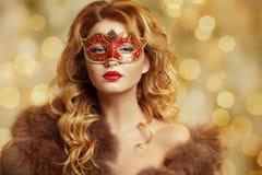 Stående av en härlig blond flicka i en Venetian maskering magi arkivfoto