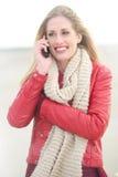 Stående av en härlig blond flicka med telefonen Arkivbild