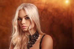 Stående av en härlig blond kvinna royaltyfri fotografi