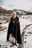 Stående av en härlig blondin i en svart udde, viking Arkivbilder