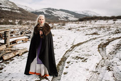 Stående av en härlig blondin i en svart udde, viking Arkivfoton