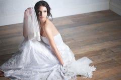 Stående av en härlig brud i klänning Royaltyfri Fotografi