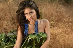 Stående av en härlig brunhårig kvinna i krubban Royaltyfria Bilder
