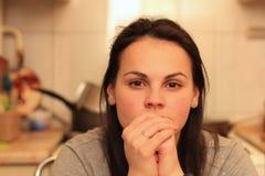 stående av en härlig eftertänksam kvinna med bruna ögon och hår fotografering för bildbyråer