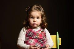 Stående av en härlig expresive liten flicka Arkivfoto