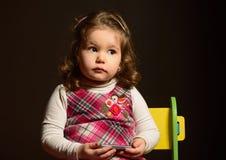 Stående av en härlig expresive liten flicka Arkivfoton