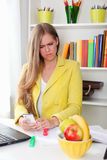 Stående av en härlig förvirrad sekreterare Royaltyfri Foto