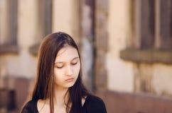 Stående av en härlig flicka, brun toning fotografering för bildbyråer