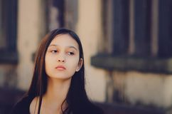 Stående av en härlig flicka, brun toning royaltyfri bild