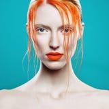 Stående av en härlig flicka, färgrik makeup Arkivbilder