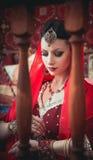 Stående av en härlig flicka i östlig klänning och smycken Arkivbilder