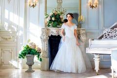 Stående av en härlig flicka i en bollkappa i inre Begreppet av mjukhet och ren skönhet i söt prinsessa ser Beautif royaltyfri foto