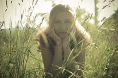 Stående av en härlig flicka i det gröna gräset, Royaltyfria Bilder