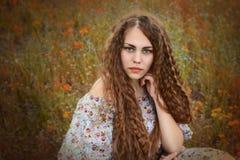 Stående av en härlig flicka i en äng Arkivbilder
