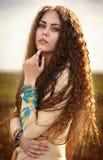 Stående av en härlig flicka i en äng Royaltyfri Bild