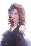 Stående av en härlig flicka i en retro stil i svart klänning Arkivfoton