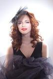 Stående av en härlig flicka i en retro stil i svart klänning Royaltyfria Bilder