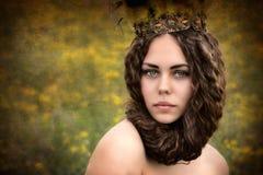 Stående av en härlig flicka i ett fält Royaltyfri Fotografi
