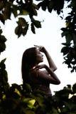 Stående av en härlig flicka i en sommarträdgård, kvinnaframsidaprofil arkivfoton
