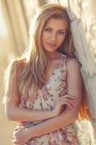 Stående av en härlig flicka i utomhus- solljus Royaltyfri Bild