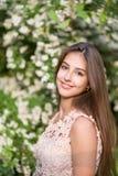 Stående av en härlig flicka, lycklig flicka, rosor, rosarium, trädgård, blommor, sommar mild flicka, stående royaltyfri bild