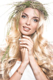 Stående av en härlig flicka med blommor på hennes hår Härlig le flicka Gifta sig bild i stilbohoen Arkivfoton