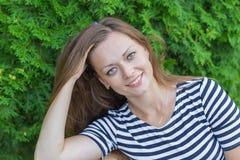 Stående av en härlig flicka med långt blont hår arkivfoton