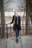 Stående av en härlig flicka nära smidesjärnporten arkivbilder