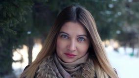 Stående av en härlig flicka på en bakgrund av vintervildsvinet arkivfilmer