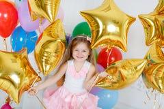 Stående av en härlig flicka på din födelsedag royaltyfria foton