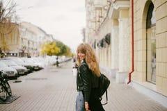 Stående av en härlig flicka på gatan som rymmer en pappers- kopp Fotografering för Bildbyråer